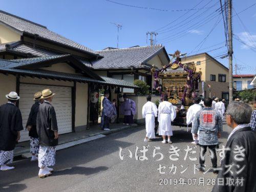 神輿は氏子や宮司宅に寄りながら神社に戻ります。