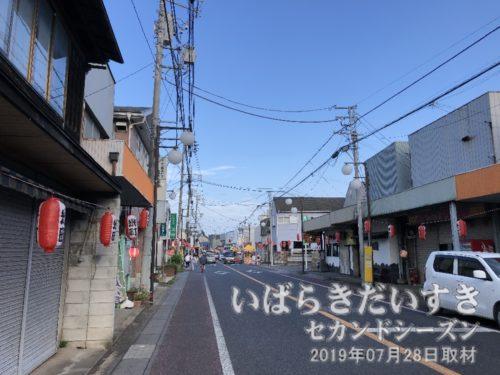 竜ヶ崎駅 駅前通り〔河内竜ヶ崎線〕<br>関東鉄道竜ヶ崎線竜ヶ崎駅から東へ延びる駅前通り。かつては商店街が栄えたようですが、市の中心部は北東側に移動しているようです。