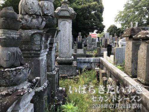 墓地内は区画が入り組んでいる。