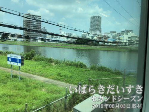 常磐線車両が桜川を超えると土浦駅