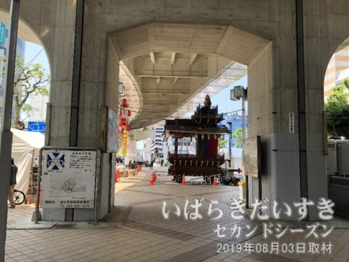 土浦ニューウェイ下には、市民山車が待機。