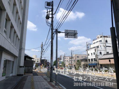 (旧)土浦中央通り商店街 を望む<br>常磐線土浦駅西口駅前の目抜き通りを亀城公園方面に進むと、茨城県土浦市中央になります。その通りはかつて土浦京成百貨店がある商店街を形成していました。