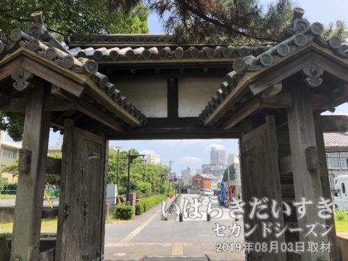 控え柱を門の裏側から撮影。