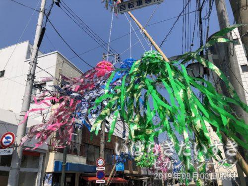 旧水戸街道道路上に設置された七夕飾り。