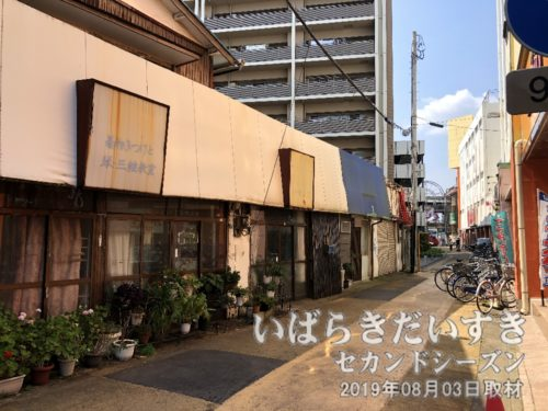 土浦駅方面から西友土浦店、モール505方面を望む<br>かつて右手の建物は商業施設「西友WALK」でした。左手のマンションは西友土浦店でした。