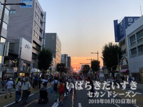 歩行者天国を夕日が押してくる<br>水戸黄門まつりで歩行者天国になっている通りの大工町方面を眺めると、夕日が押してきています。