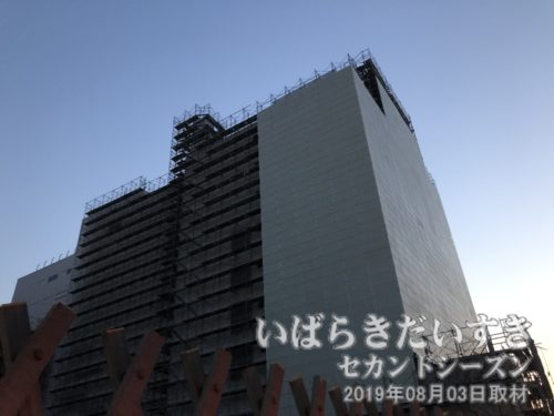 旧 水戸京成百貨店 解体中<br>建物に防音パネルを張り巡らせています。この区画は「市民会館、劇場、物品販売業(店舗)」などの用途建築となるようです。