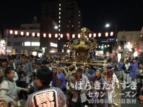 水戸雷神会 による神輿。