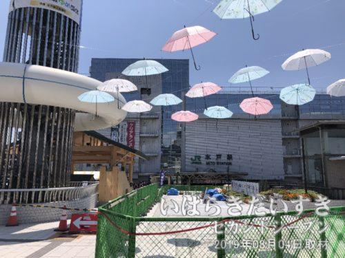 傘がゆらゆら揺れて涼しげに見える。
