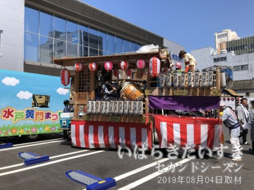 筑波銀行の所では、各山車が休憩中。