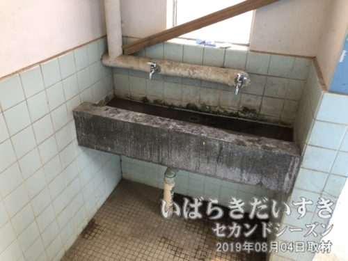 昭和丸出しのコンクリ、パイプ剥き出しの手洗い。