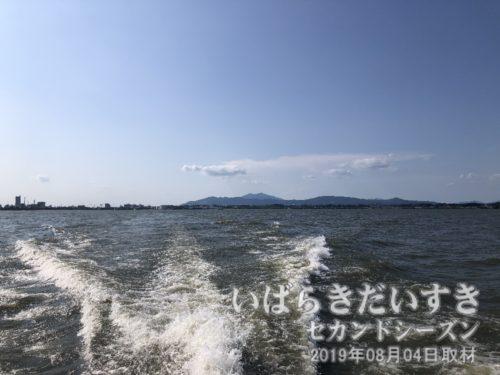 高速船発着所を出ると、筑波山を背景に、一気に沖に出ます。