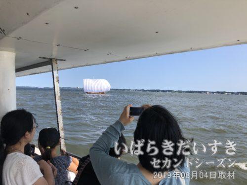 沖宿の辺りで、帆曳船が出迎えてくれます。