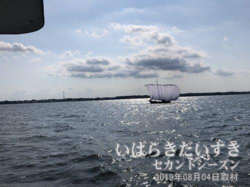 遊覧船は進入角度を変えて、帆曳船が見えるように配慮してくれます。