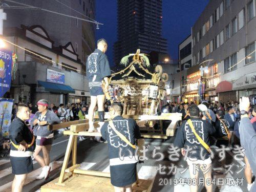 櫻神睦 の神輿も本部前に向かっています。