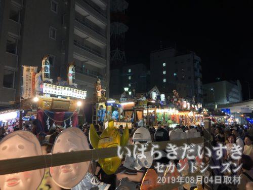 神輿や山車たちの競演は約20分間<br>各町の山車はお囃子を演奏し、思い思いの踊りを披露します。