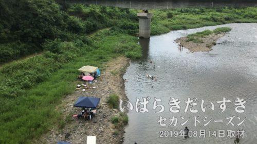久慈川の川遊び<br>下り水郡線は山方宿駅を過ぎた辺りから、久慈川が車窓を右へ左へと楽しませてくれます。川は穏やかに見え、台風の影響は無さそうです。