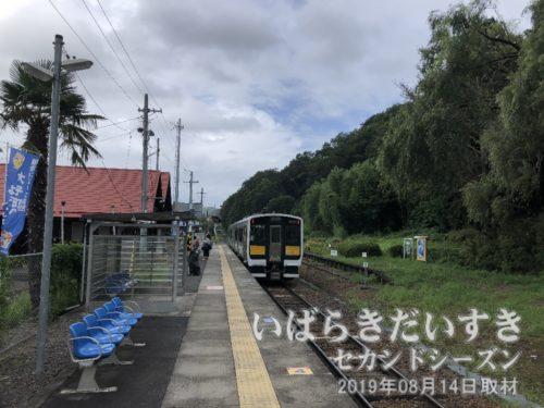 オフシーズンの袋田駅では3,4名が下車。
