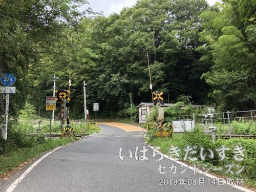 生瀬街道踏切を通過。