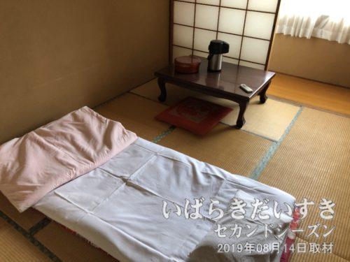 和室のせんべい布団。