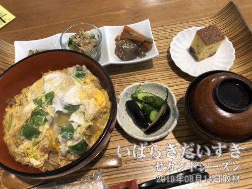 軍鶏丼セット / 北條館別館ゴボウと玉ねぎ、軍鶏肉をバランス良く卵でとじた軍鶏丼。とてもおいしかった~♪