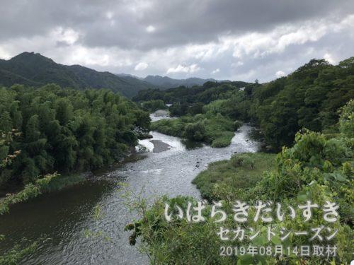 国道118号を北上し、久慈川を見下ろす。