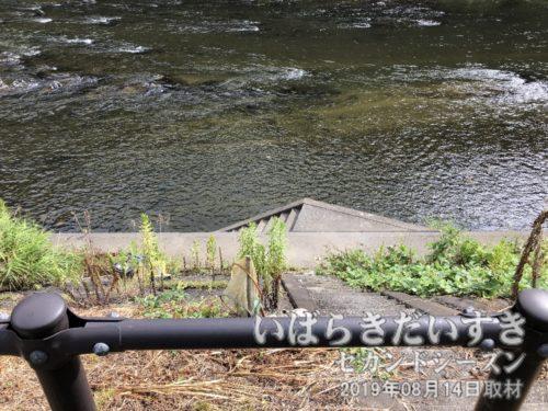 久慈川に下りられる階段。