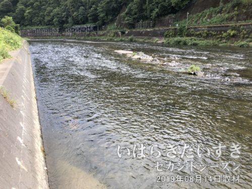 台風の影響を感じさせない、穏やかな久慈川。
