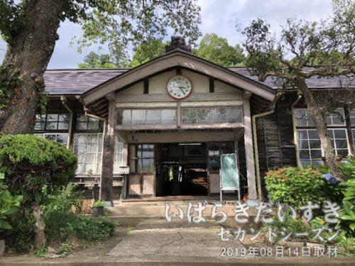 旧 大子町立上岡小学校 〔茨城県久慈郡大子町大字上岡〕旧上岡小学校の創立は明治12年。明治44年に校地を現在地に移転し、第一棟が建てられました。この第一棟は、茨城県下の小学校においては、県立歴史館に移築保存されている旧水海道小学校玄関(本館)に次いで二番目に古い校舎です。