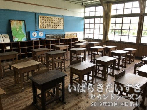 教室には木の机と、木の椅子が並ぶ。