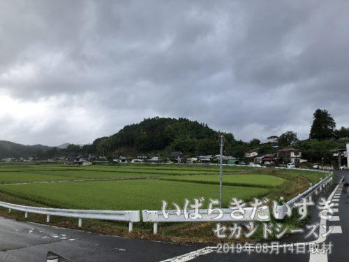 茨城百景 包括風景 依上古城址〔茨城県久慈郡大子町大字塙〕<br>あのこんもりした山が、依上城(よりがみじょう)の城址があった山であろう。