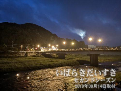 久慈川の灯籠流し:湯の里大橋