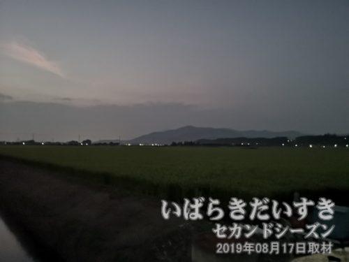 夜の筑波山<br>筑波山は男体山と女体山からなる、ツインマウンテン。ちょうどこの位置は、二つの突起/頂上が重なり、ひとつの山に見えます。(P20Pro/夜景モードにて撮影)