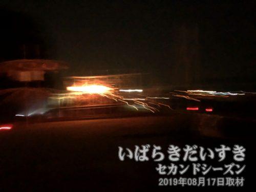 「横綱火」のような火が右から流れてくる。