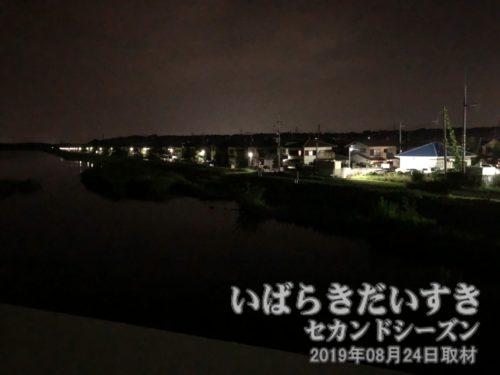 茎崎橋から谷田川上流を望む<br>渥美清の「男はつらいよ」第34作「寅次郎真実一路」は茨城県が舞台なのだが、この角度〔茨城県つくば市森の里〕の住宅街が映画でも使われたように感じられる。新興住宅地の感じとか。