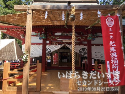 稲荷神社拝殿前には、巫女舞の特設舞台。