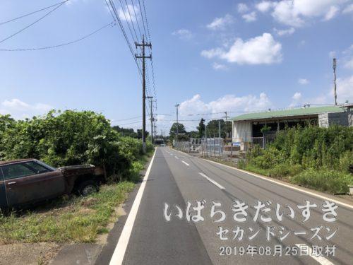 この道を、鹿島鉄道鉾田線が横断していた。
