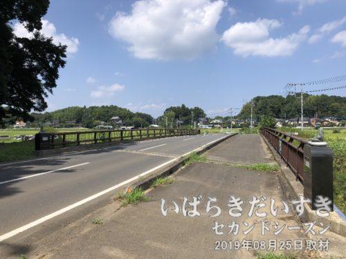 梶無川に掛かる「手奪橋」。