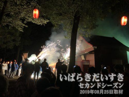 神社拝殿前で、たくさんの花火を巻きます。