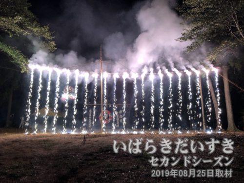 高岡丸之清遊:ナイアガラのような花火。