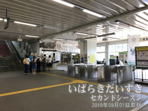 JR鹿島線 鹿島神宮駅 地上改札<br /> ステンレスタイプのボックス改札なんて、そうそう見る事はできない。と言いつつ、潮来駅もステンレスだったな。写真右手には昔、KIOSK(売店)がありました。