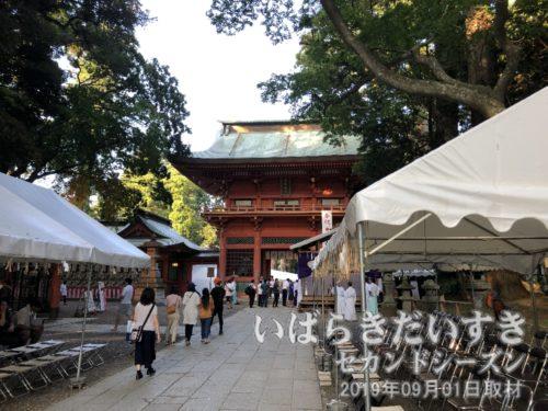 鹿島神宮 楼門 (重要文化財)<br>寛永11年(1634)、水戸初代藩主徳川頼房公により奉納されました。