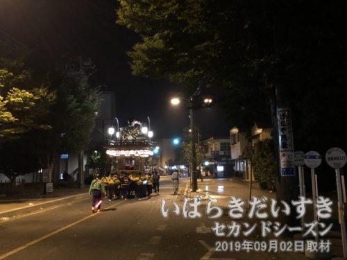 第二駐車場から無音で大町の山車が移動する。
