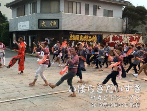 鳥居前で仲町区の手踊り。