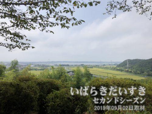 鹿島城址から北浦を望む<br>こんなすごい眺めなのに、茨城百景ではない。先の記念碑が明治26年頃のものらしいのに、昭和25年時に制定されないなんて、何かあるのかな。
