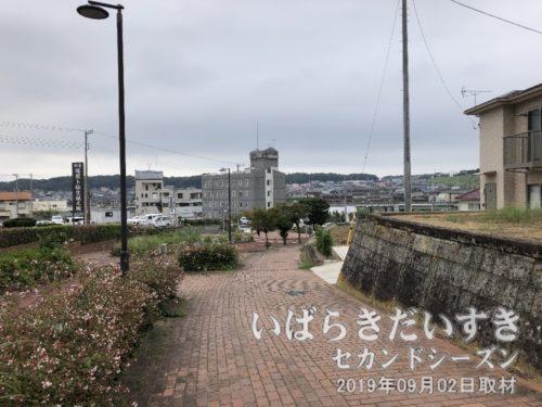 まだ鹿島の祭りは終わらぬが、帰ります。<br>JR鹿島線鹿島神宮駅に続くこの坂も、かつては鹿島城の敷地の一部だったのか。。