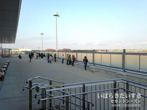 茨城空港展望デッキ。以前は左手百里基地側を見せないようにガラスに細工がしてありました。