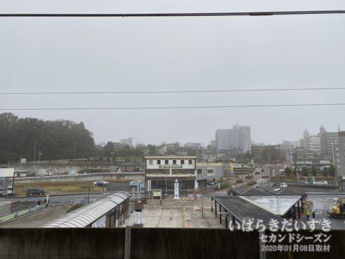 鹿島神宮駅ホームから、駅前ロータリーを望む。