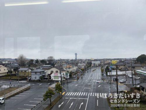 大洗駅ホームからは、大洗タワーが見える。