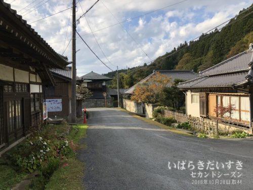 多くの関家が並ぶ御岩神社前 / 入四間村